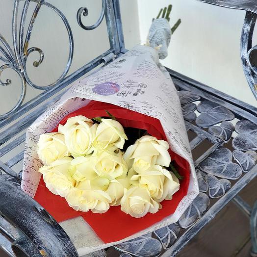 Букет из белых роз в дизайнерской упаковке: букеты цветов на заказ Flowwow
