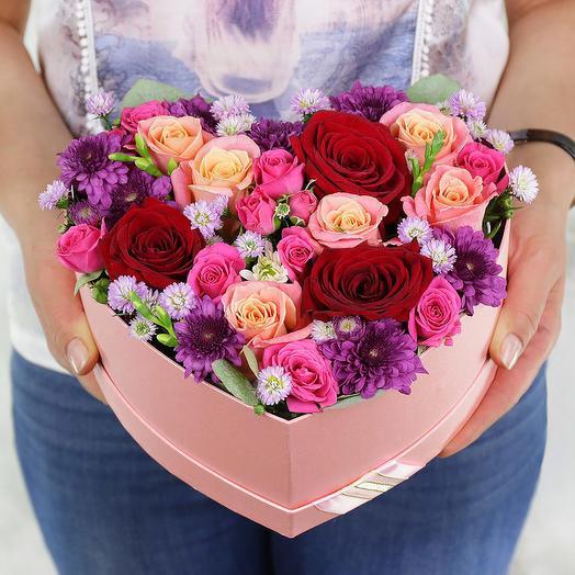 Композиция из роз хризантем и астр в сердце