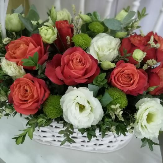 Яркий букет роз в плетеной корзине: букеты цветов на заказ Flowwow