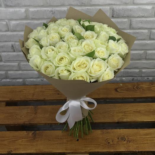 51 белая роза с зеленью в крафте: букеты цветов на заказ Flowwow