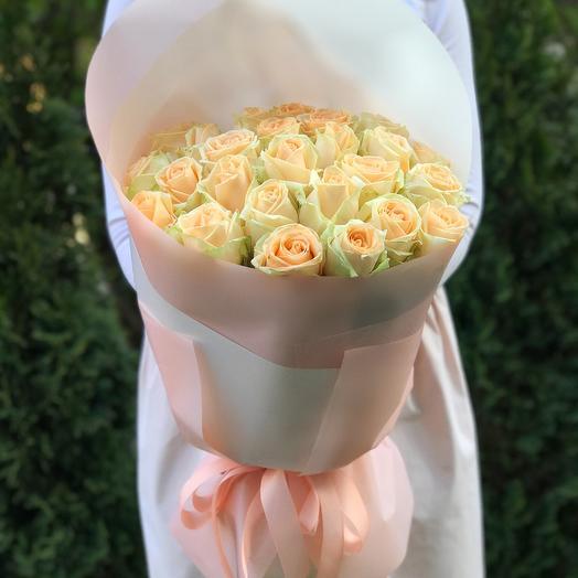 Букет 25 персиковых роз в упаковке