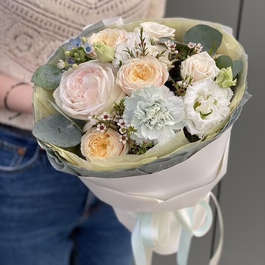 Букет из пионовидных кустовых роз, эустомы, оксипеталума и диантуса Ноты Любви
