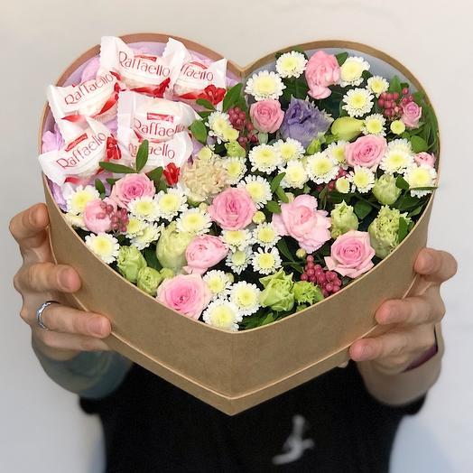 Большое сердце из цветов и раффаэлло