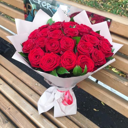 25 роз в дизайнерской пленке