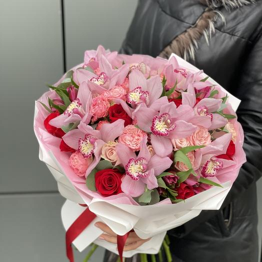 Букет Миранда с красными и розовыми розами