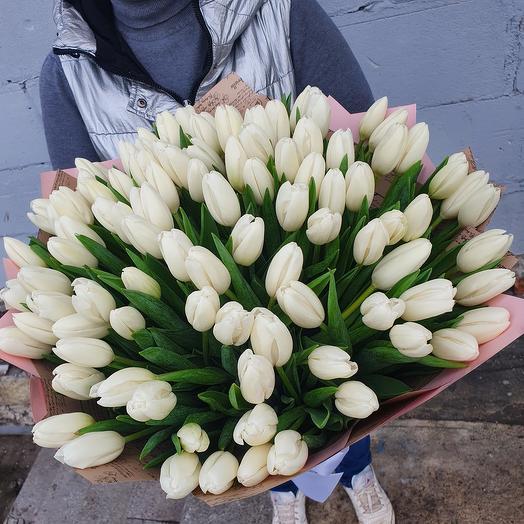 Букет 101 белый тюльпан в дизайнерской упаковке