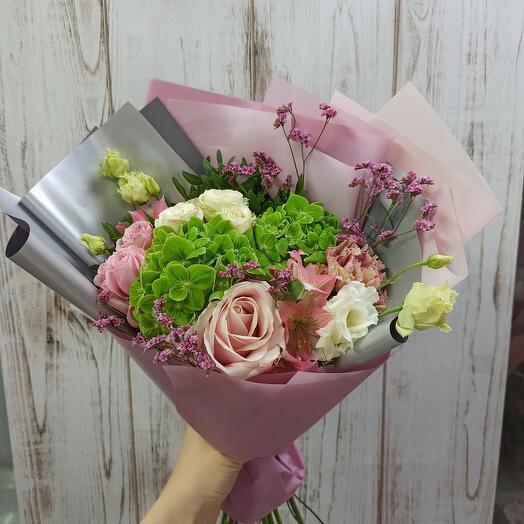 Стильный букет с гортензией и ассорти цветов
