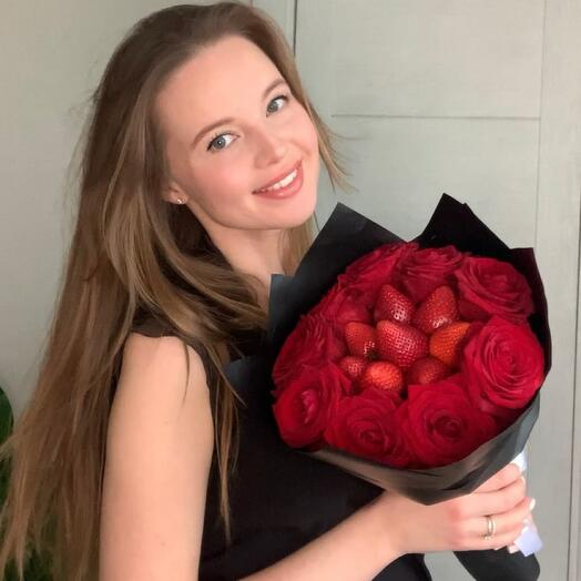 Букет из свежей клубники и красных роз