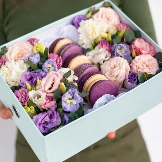 Цветы и макаруны в коробке «Француженка»