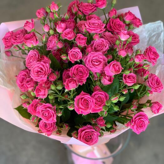 Роза кустовая в букете