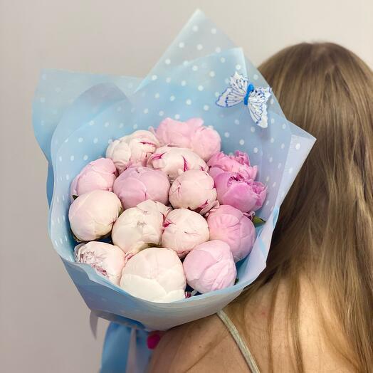 15 нежных розовых пионов