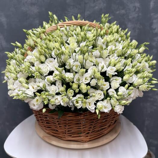 Корзина с цветами (эустома)