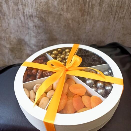 Коробка с сухофруктами и орешками