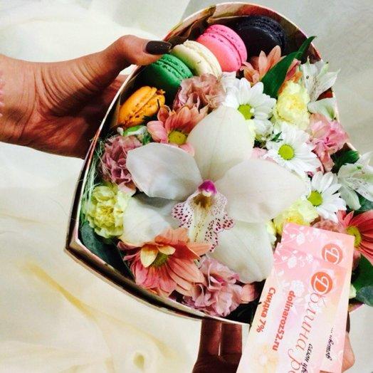 Коробочка с цветами и макарунс