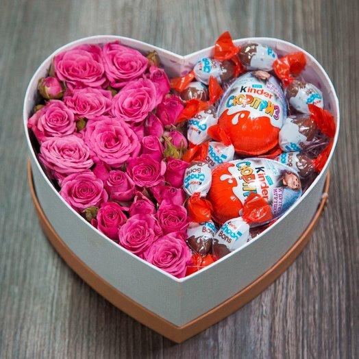 Сладкая коробочка с розами и киндерами: букеты цветов на заказ Flowwow
