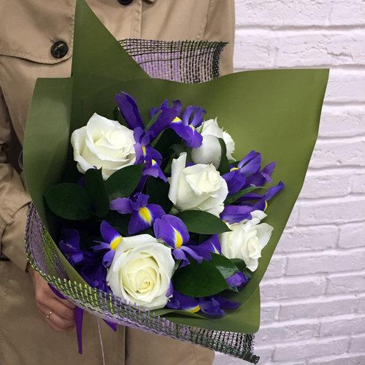 Ирисы и белые розы