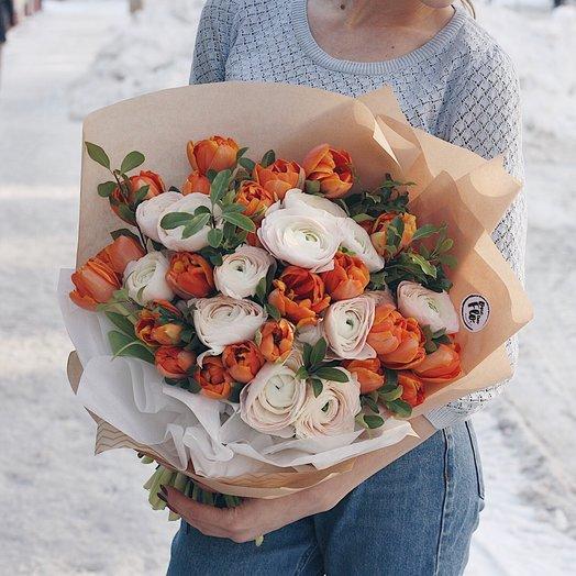 Пышный букет с ранункулюсами и тюльпанами