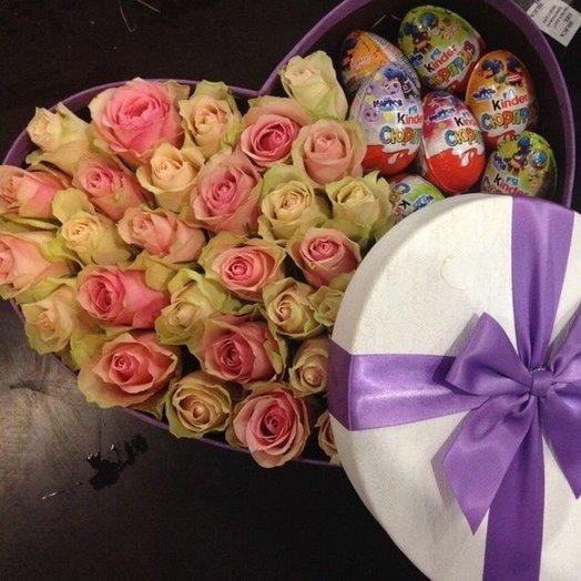 Коробка с розами и киндерами