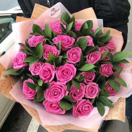 Букет из 29 роз Аква 50 см с добавлением рускус