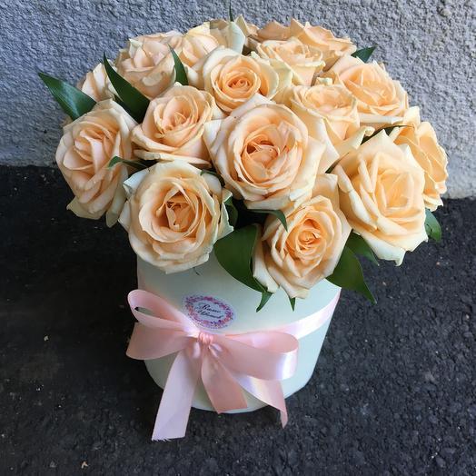 Цилиндр 19 персиковых роз: букеты цветов на заказ Flowwow