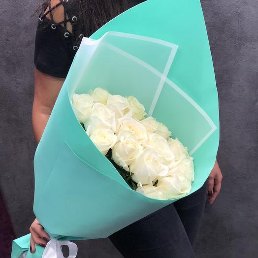 Белые розы с оформлением