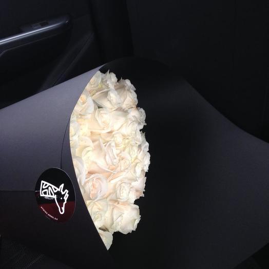 БУКЕТ ИЗ 51 БЕЛОЙ РОЗЫ В ЧЕРНОЙ БУМАГЕ: букеты цветов на заказ Flowwow