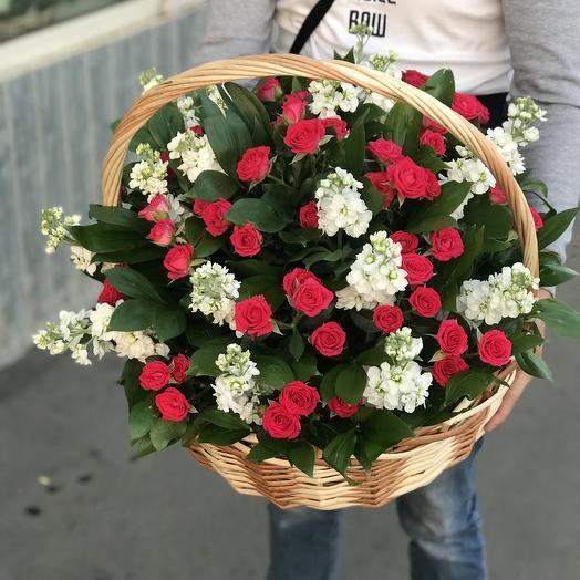 Корзина из роз и маттиолы: букеты цветов на заказ Flowwow