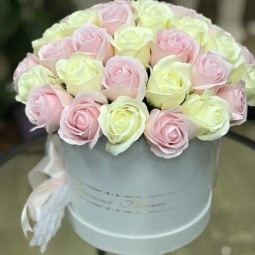 Композиция из мыльных роз в шляпной коробке: букеты цветов на заказ Flowwow