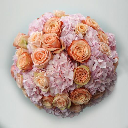 Round-bound bouquet hydrangeas rose