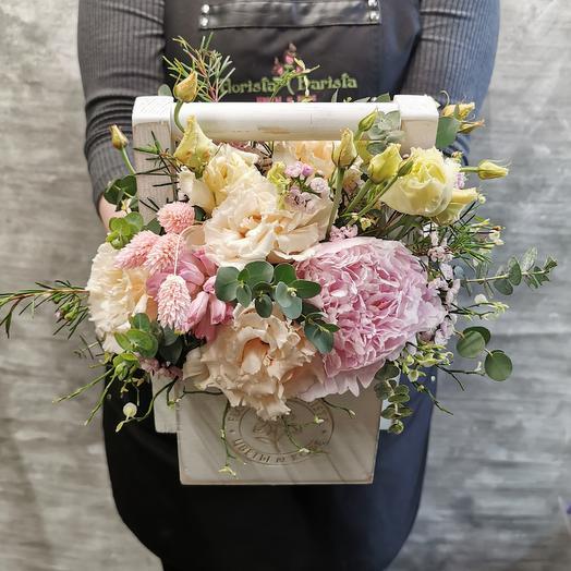 Коробочка с лизиантусом и пионом: букеты цветов на заказ Flowwow