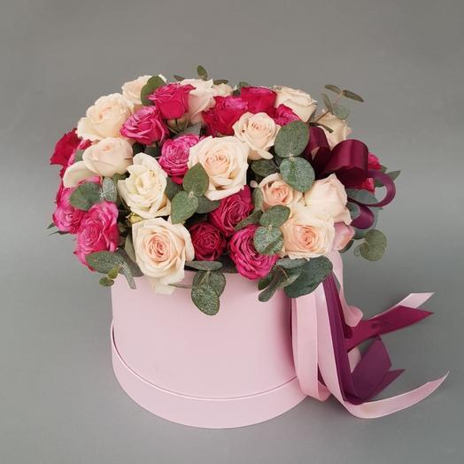 Кустовых розы в шляпной коробке