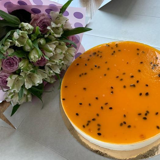 Торт «Чизкейк с маракуйя» и букет из роз и альстромерий: букеты цветов на заказ Flowwow