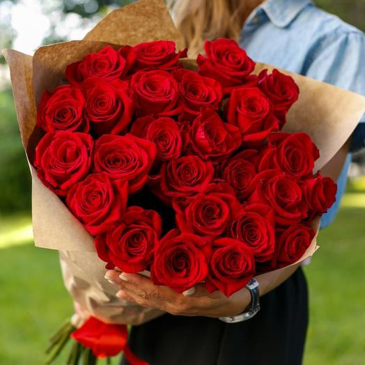 ✅ 25 red roses in a craft package