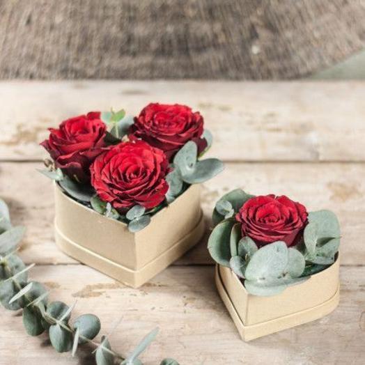 Коробка в виде сердца с красными розами