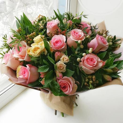 Букет с  розовыми розами и альстромерией
