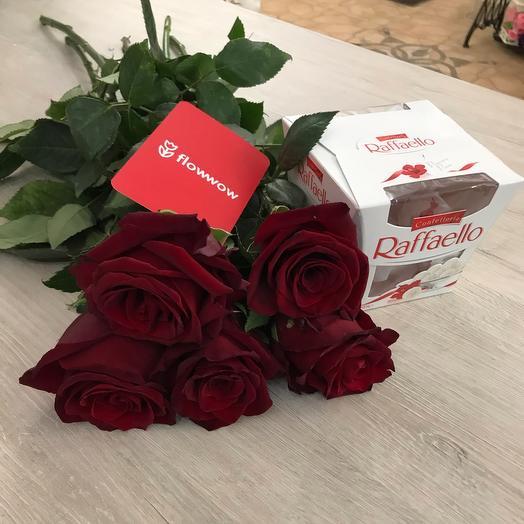 Букет из ароматных роз и сладкий презент