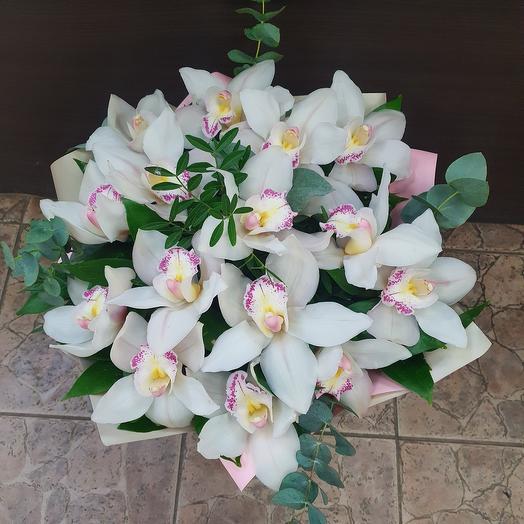 Букет с белыми орхидеями