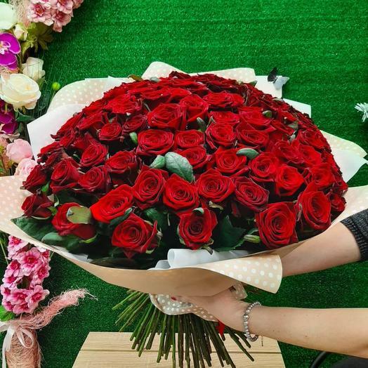 101 красная роза в матовой пленке
