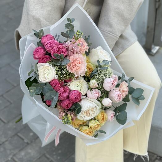 Букет Керри из роз, ранункулюсов, маттиолы и диантуса