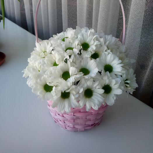 Цветы в плетёной корзине