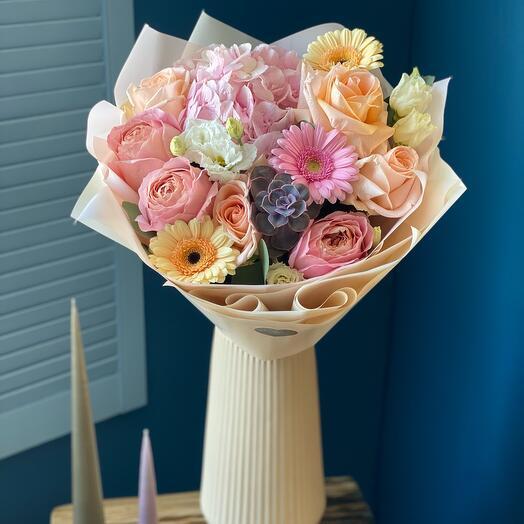 Авторский букет с гортензией и пионовидными розами