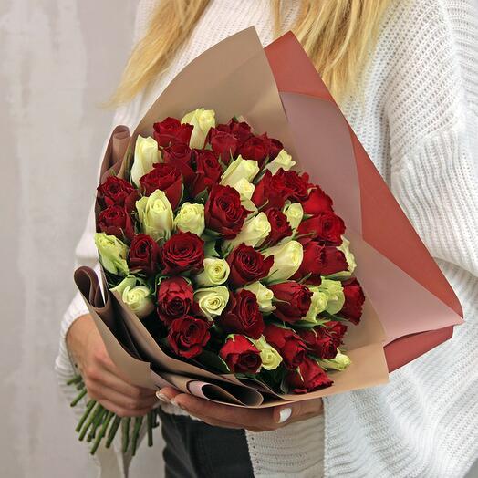 Букет из 51 розы микс 35-40 см (Кения) в стильной упаковке