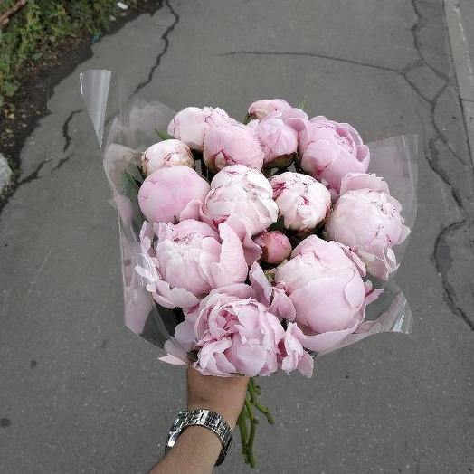 Букет из 12 розовых пионов: букеты цветов на заказ Flowwow