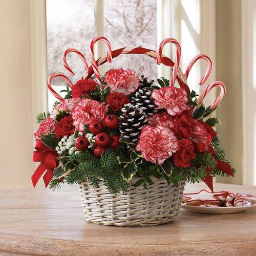 Новогодняя корзина «Карамельная сказка»: букеты цветов на заказ Flowwow