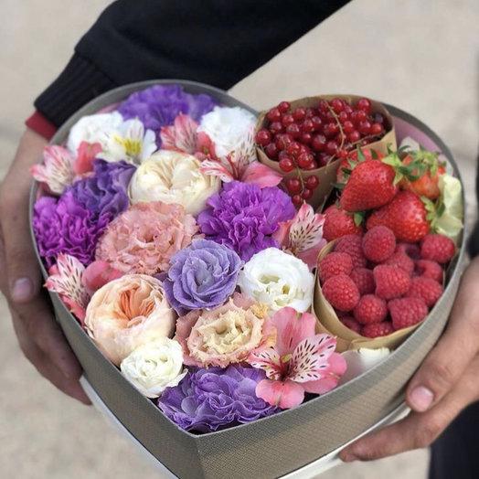 Коробка с цветами и ягодами: букеты цветов на заказ Flowwow