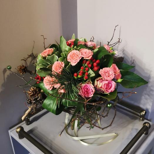 Букет из роз на каркасе из лозы от Floristic World: букеты цветов на заказ Flowwow