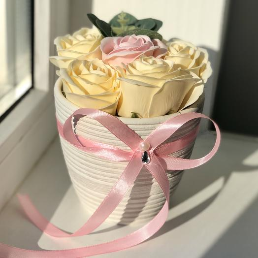 Композиция из мыльных роз в кашпо с розовой лентой: букеты цветов на заказ Flowwow