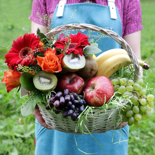 Корзина с фруктами, розами и герберой
