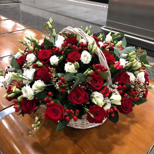 Корзина из роз, эустом, гиперикума и хамелациума: букеты цветов на заказ Flowwow
