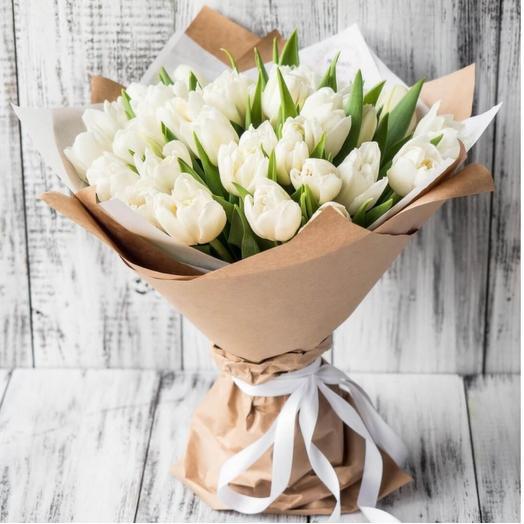 Букет белых тюльпанов в дизайнерской упаковке